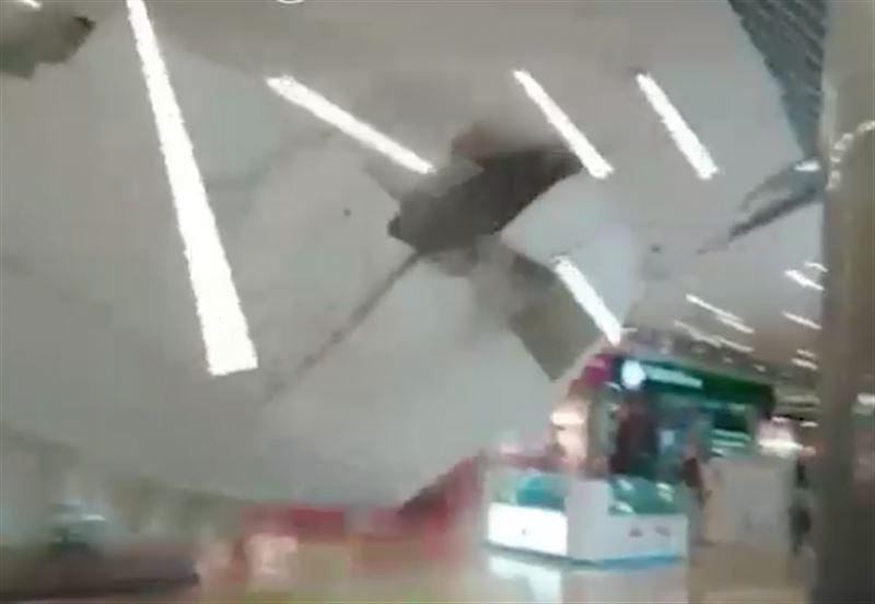 Обрушение потолка в иркутском ТРЦ попало на видео