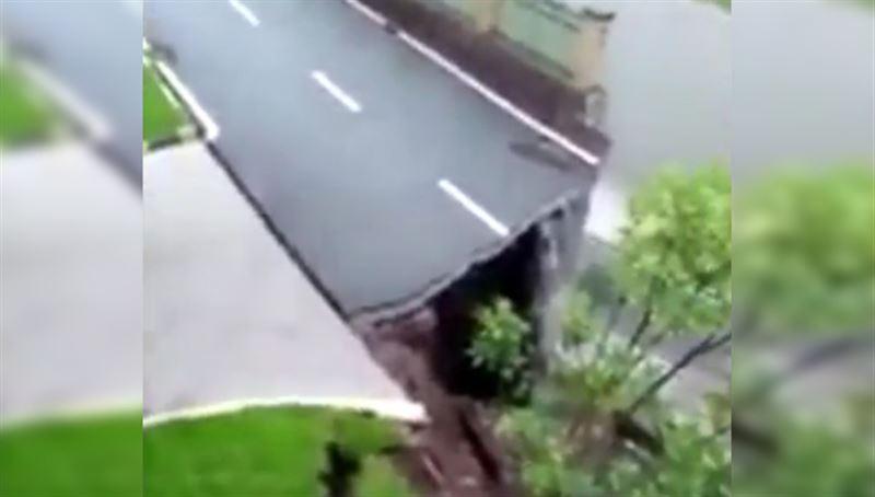 В Китае произошло обрушение 50-метрового участка дороги