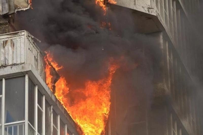 Оралда балкон өртеніп, 25 адам эвакуацияланды