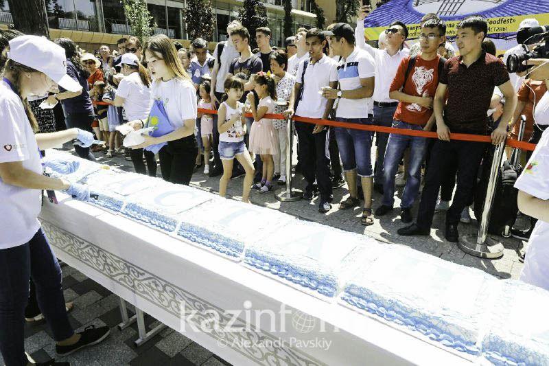 ФОТО: Астана күніне орай алматылықтар 20 метрлік торт жеді