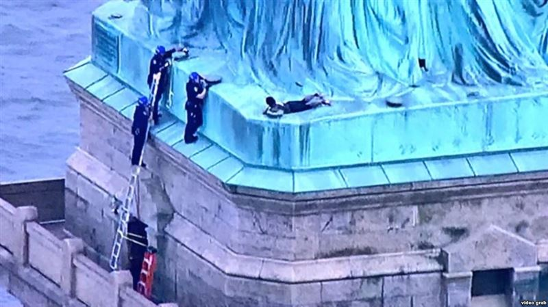 Активистка борьбы за права иммигрантов забралась на Статую Свободы