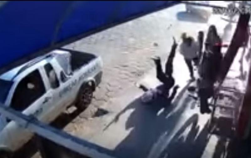ВИДЕО: Мотоцикл соққан әйел ғажайыптың күшімен тірі қалды