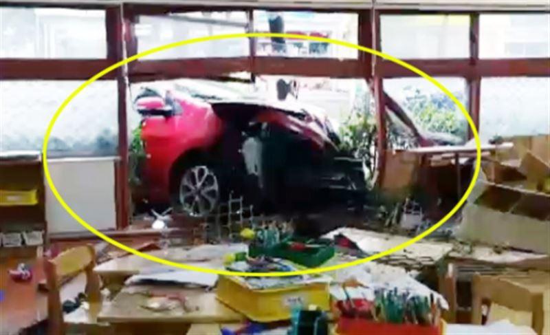 В Южной Корее автомобиль врезался в здание детсада