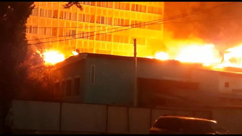 28 человек эвакуировали из полыхающей в Атырау гостиницы «Акжайык»