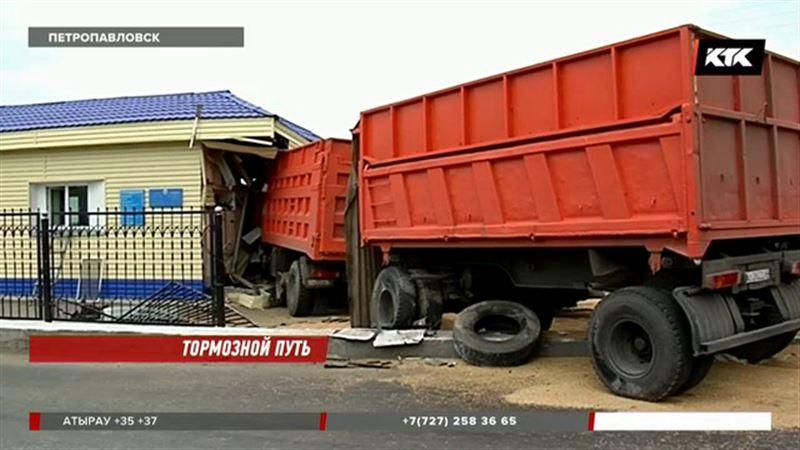 Газовоз с заполненной цистерной столкнулся с зерновозом в Петропавловске