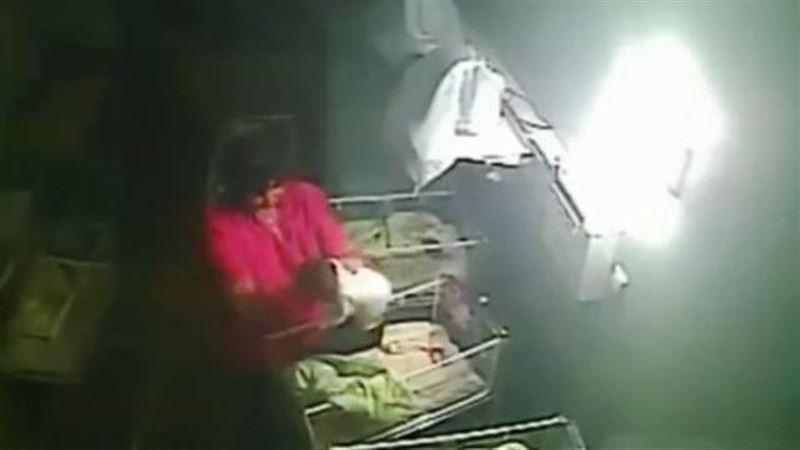 ШОК: Акушерка жестоко избила новорожденного малыша за плач