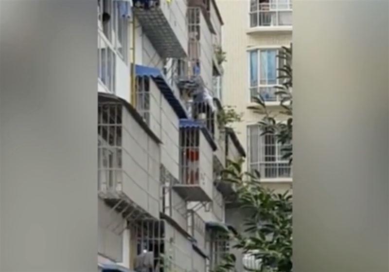 Китайский «супердедушка» прошел по карнизу и спас выпавшего из окна ребенка