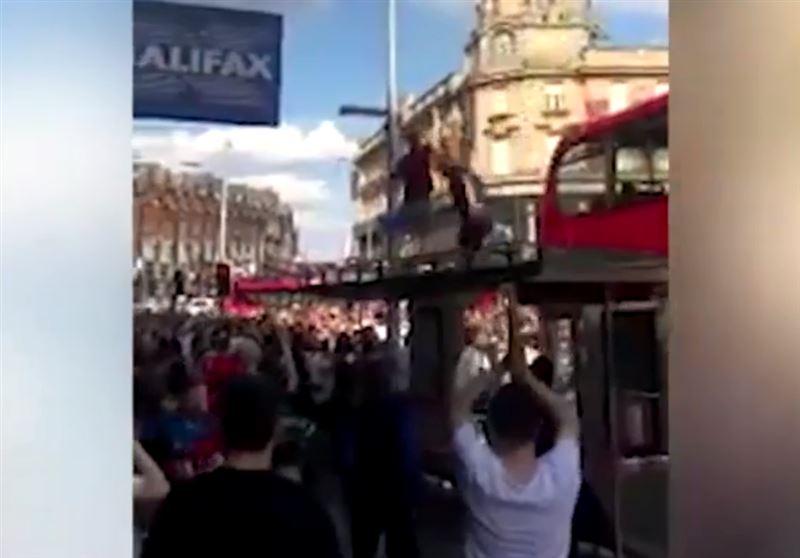 В Лондоне футбольный фанат прыгнул на крышу автобусной остановки и провалился