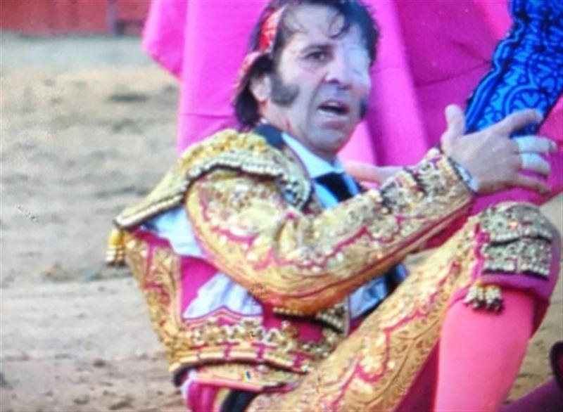 ШОК (18+): Бык сорвал часть скальпа испанскому одноглазому матадору