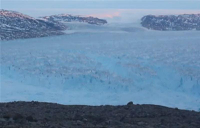 Огромный айсберг, отколовшийся от Гренландии, попал на видео