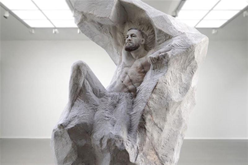 МакГрегору ко дню рождения подарили мраморную статую