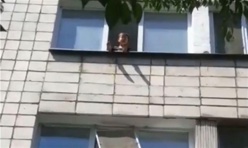 В Кокшетау ребенок чуть не вывалился из окна четвертого этажа