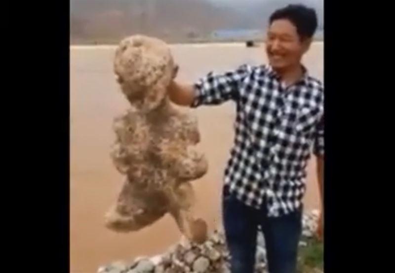 Житель Китая заметил странное существо на берегу реки