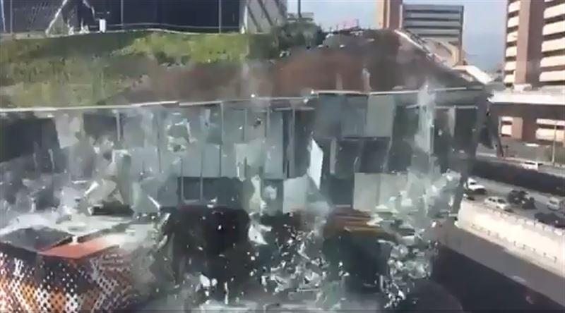 На видео запечатлели момент обрушения торгового центра в Мехико.