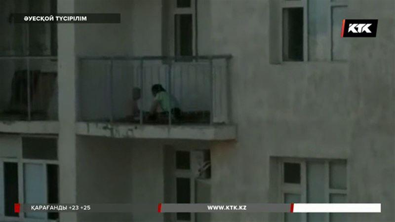Жаңаөзенде баласын балконға шығарып ұрған әйел өз әрекетін түсіндірді