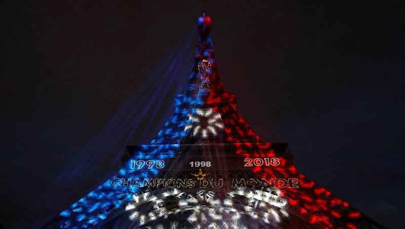 Эйфелеву башню раскрасили в честь победы сборной страны на ЧМ-2018