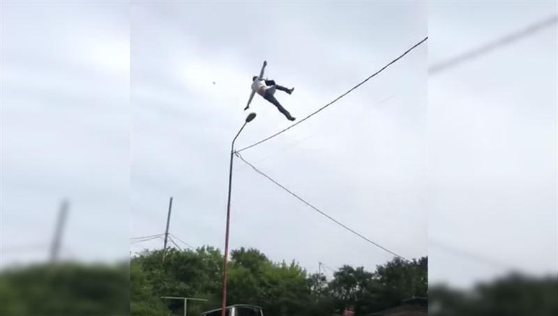 ШОК: Мужчина решил пролезть по проводам между домов, но сорвался вниз