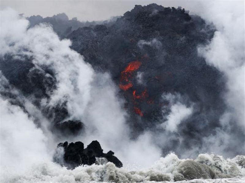 На Гавайях часть лавы из вулкана Килауэа угодила в прогулочное судно