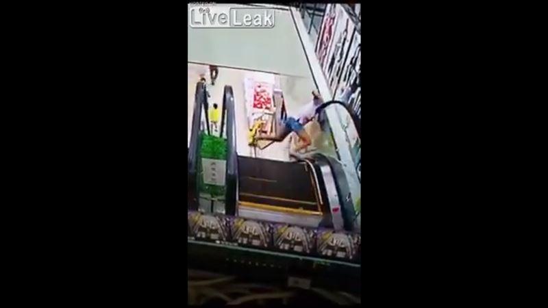 В Китае девушка едва не лишилась головы на эскалаторе