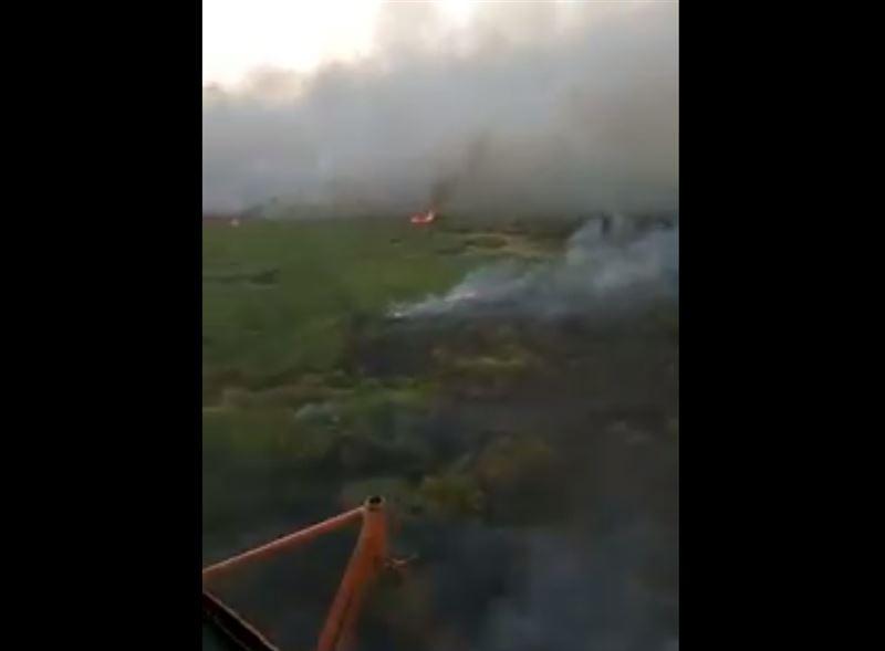В Атырауской области пожарные боролись с огнем с вертолета