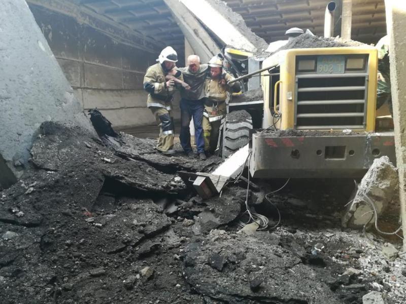 Пожарные вызволили водителя трактора, зажатого бетонными плитами в СКО