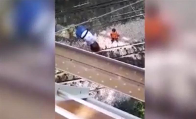 ШОК: Девочка хотела сделать селфи, но свалилась с ж/д моста на провода