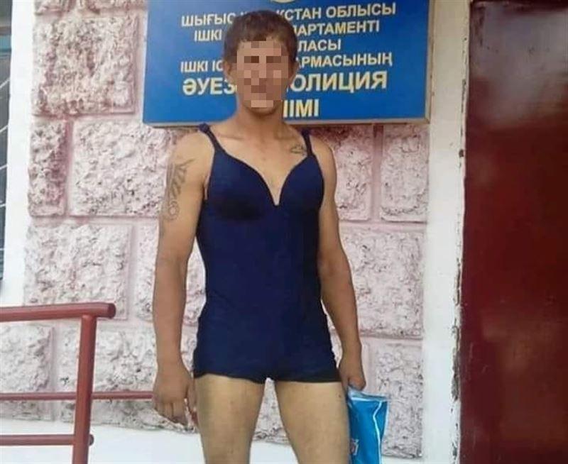 «Перепутал»: В Семее полиция задержала мужчину в женском купальнике