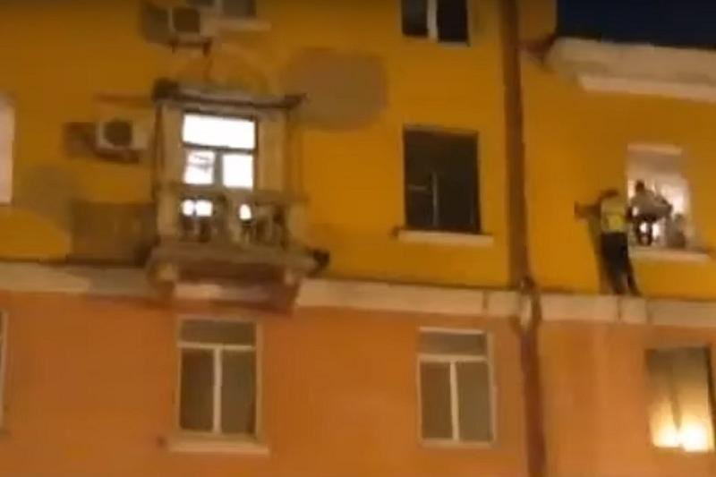 ВИДЕО: Өскеменде 3-қабаттан құлағалы тұрған бала құтқарылды
