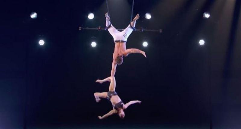Во время выступления акробат не удержал напарницу и уронил прямо на сцену