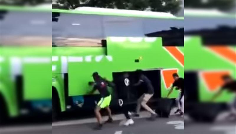 Дебоширы в масках на ходу ограбили туристический автобус во Франции