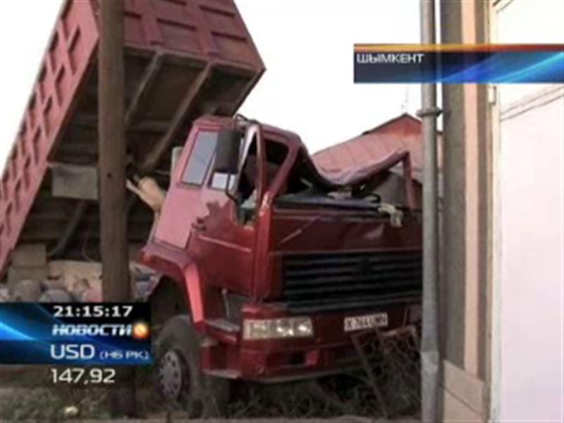 В Шымкенте грузовик снес трубу магистрального газопровода