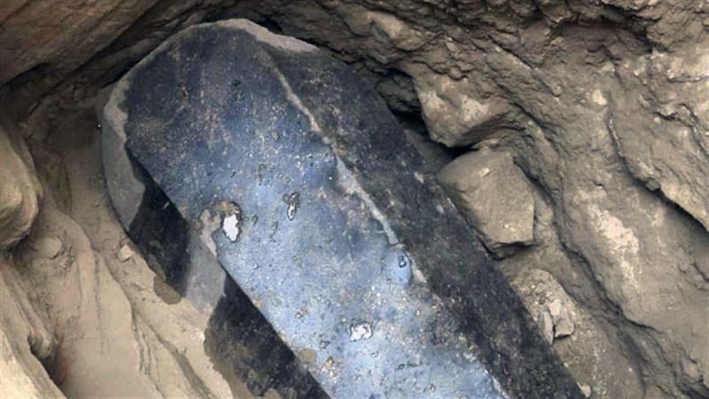 В Египте в черном саркофаге ученые обнаружили три мумии