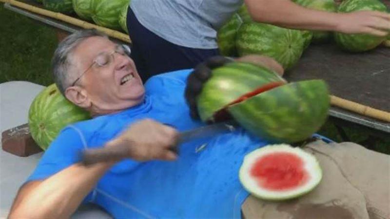 Мужчина установил мировой рекорд по нарезанию арбузов на животе мечом