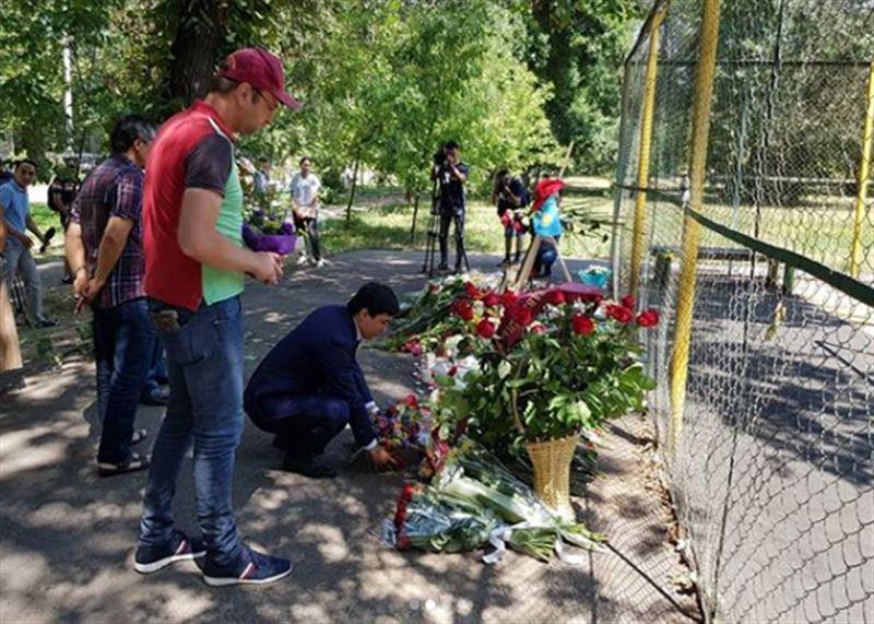 Депутат Кайрат Кудайберген прибыл на место трагедии и возложил цветы