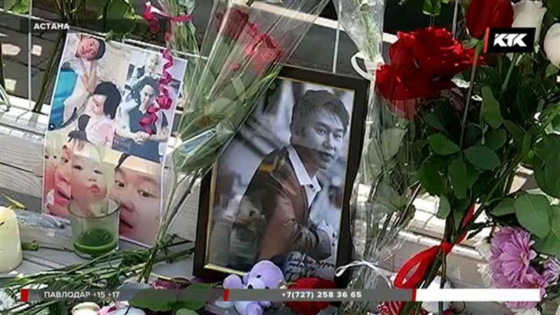 К мемориалам памяти по всей стране казахстанцы несут цветы