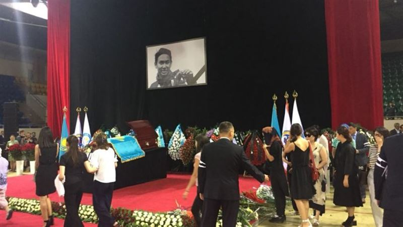 В Алматы проходит прощание с фигуристом Денисом Теном