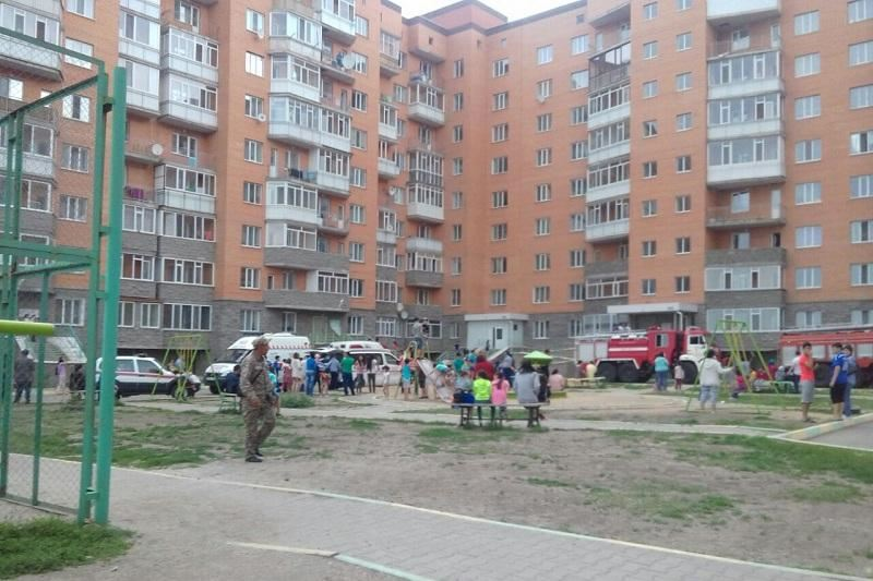 ВИДЕО: Көкшетауда тұрғын үйден өрт шығып, 80-ге жуық адам құтқарылды
