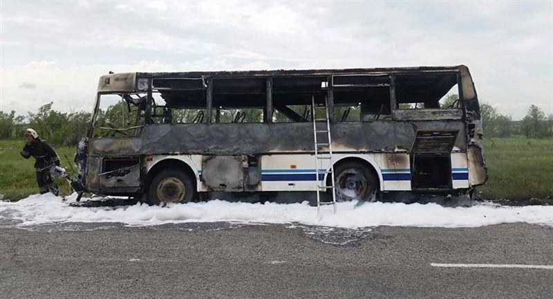 ФОТО: СҚО-да жолаушылар автобусы өртеніп кетті