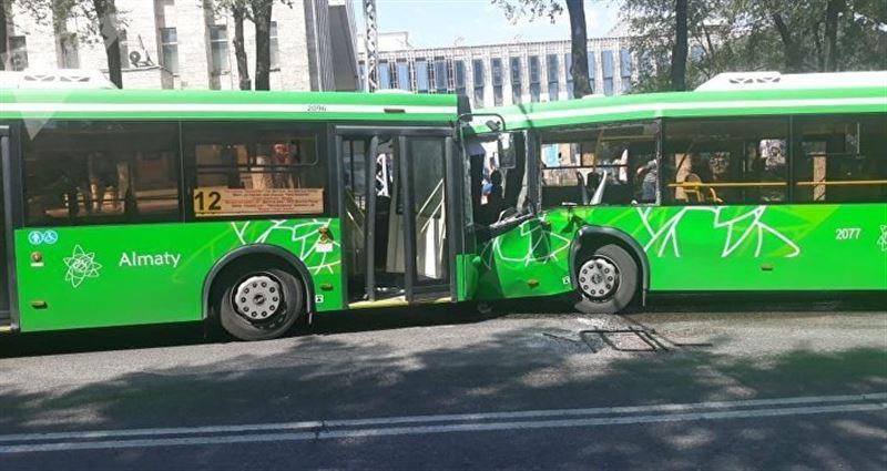 В Алматы произошло столкновение двух пассажирских автобусов