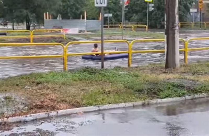 Жители Тольятти устроили заплыв на матрасе по затопленным дорогам