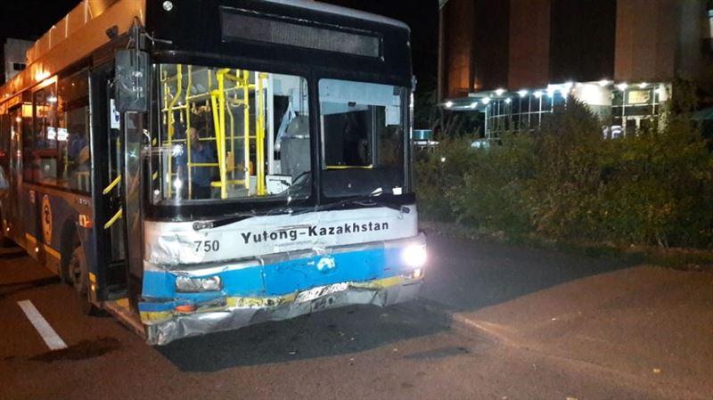Алматыда автобус апатқа ұшырады