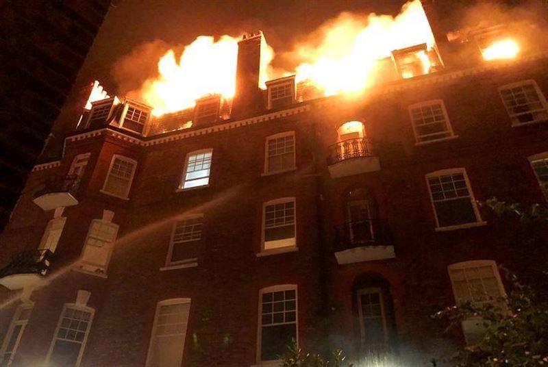 Здание викторианской эпохи в Лондоне охватило огнем