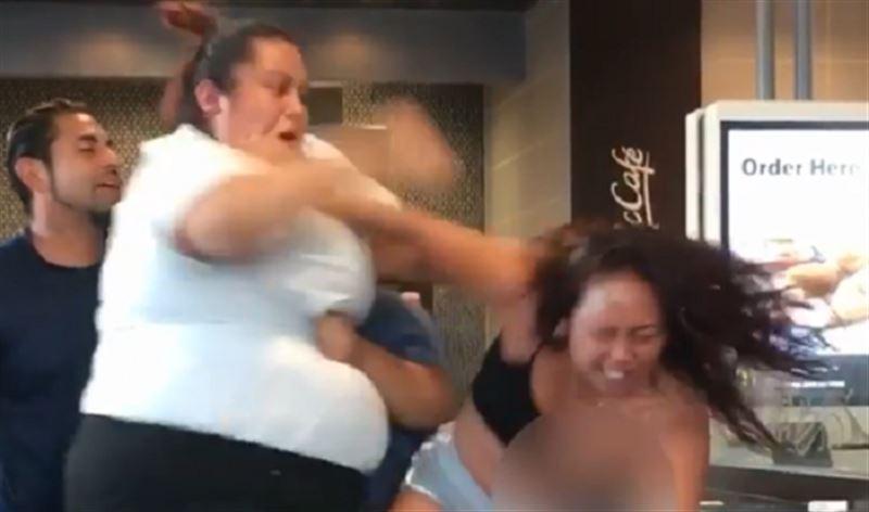 Сотрудница McDonald's жестоко избила посетительницу за оскорбление матери