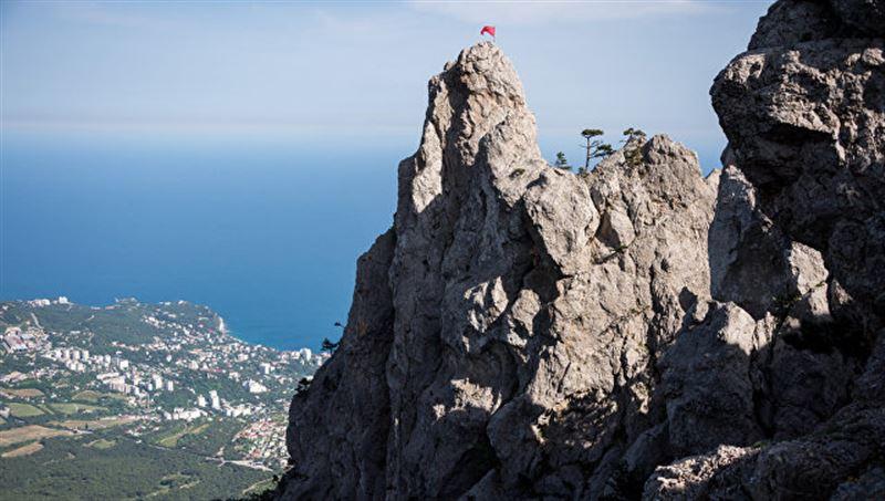 Казахстанскую туристку эвакуировали спасатели с горы в Крыму