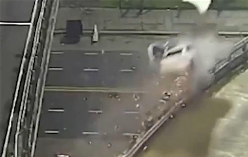 Шокирующие кадры вылета авто с эстакады опубликованы в Сети