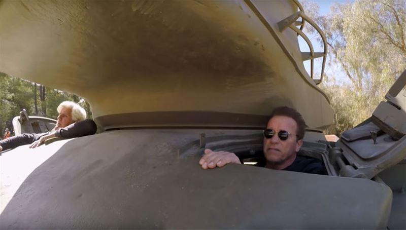 Арнольд Шварценеггер уничтожил лимузин, переехав его на собственном танке