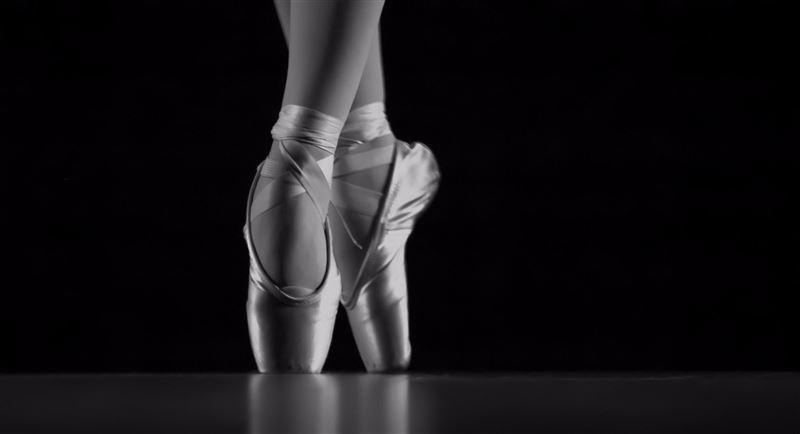 Артисты балета станцевали на проезжей части, пока переключался сигнал светофора