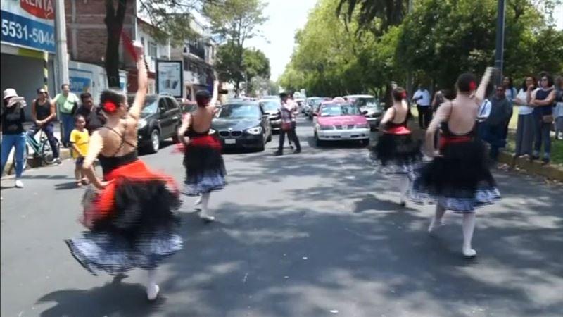 ВИДЕО:Балет әртістері көшеде, жол ортасында шоу көрстуде