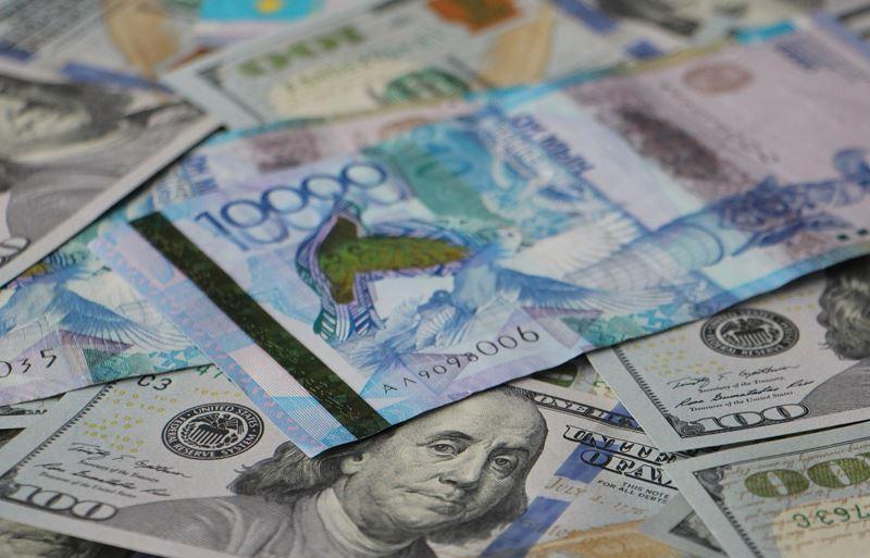 По итогам утренней сессии курс доллара составил 346 тенге