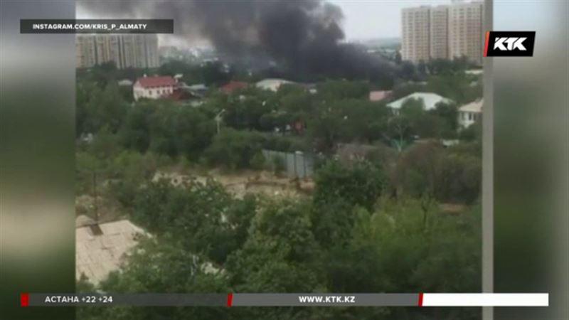 В Алматы горели сразу три частных дома